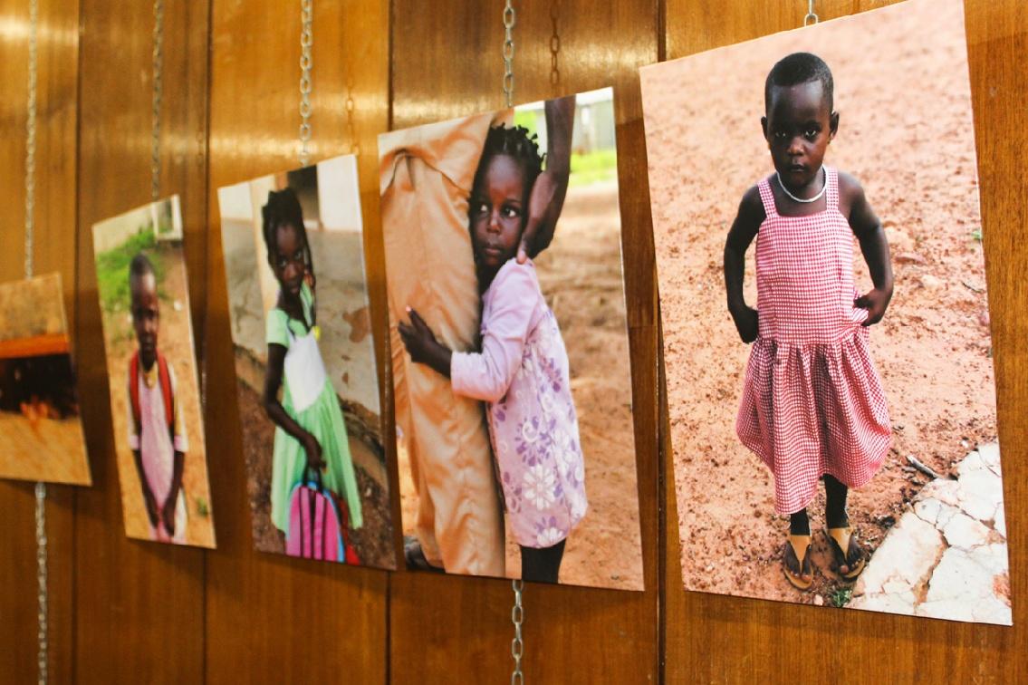 Grupo IHP inaugura la exposición benéfica MIRADAS DE MARFIL, testimonio del medio millón de niños vacunados en Costa de Marfil
