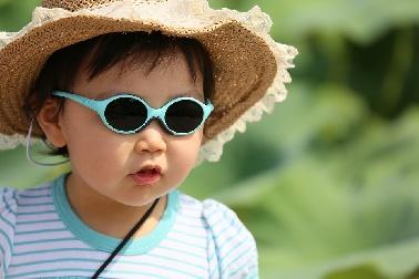 Los niños deben utilizar gafas de sol